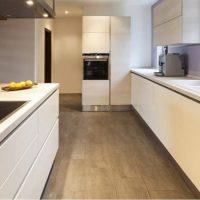 מטבח לאחר ניקיון בדירה חדשה כולל קירצוף רצפה דמוי פרקט