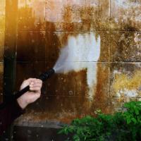 ניקיון קירות והסרת שומן