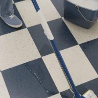 ניקיון רצפה עם דלי ומגב